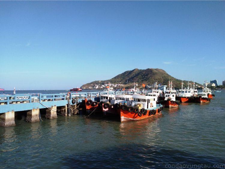 tàu cao tốc đến cảng Cầu Đá