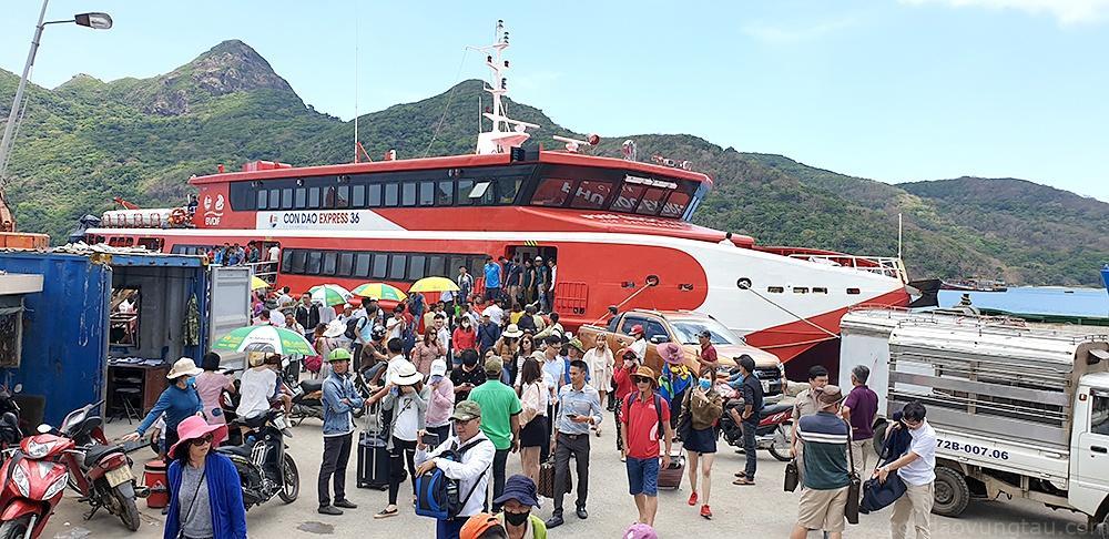 Hành khách đi tàu Côn Đảo Express 36 từ Vũng Tàu ra cập cảng Bến Đầm (Côn Đảo)