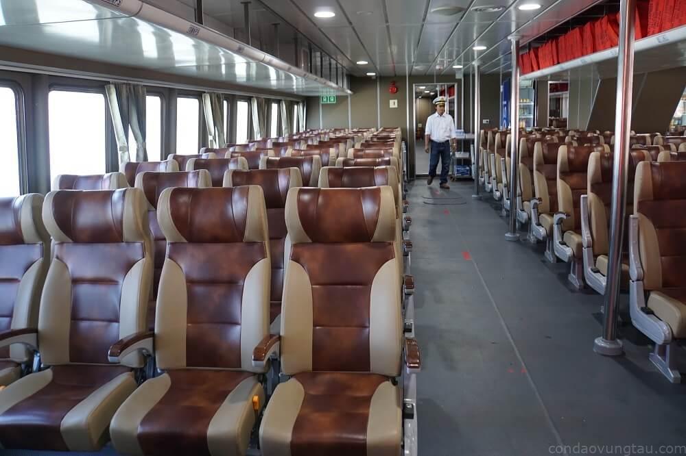 Tàu có tính ổn định cao, khoang rộng tạo sự thoải mái, giảm say sóng cho hành khách.