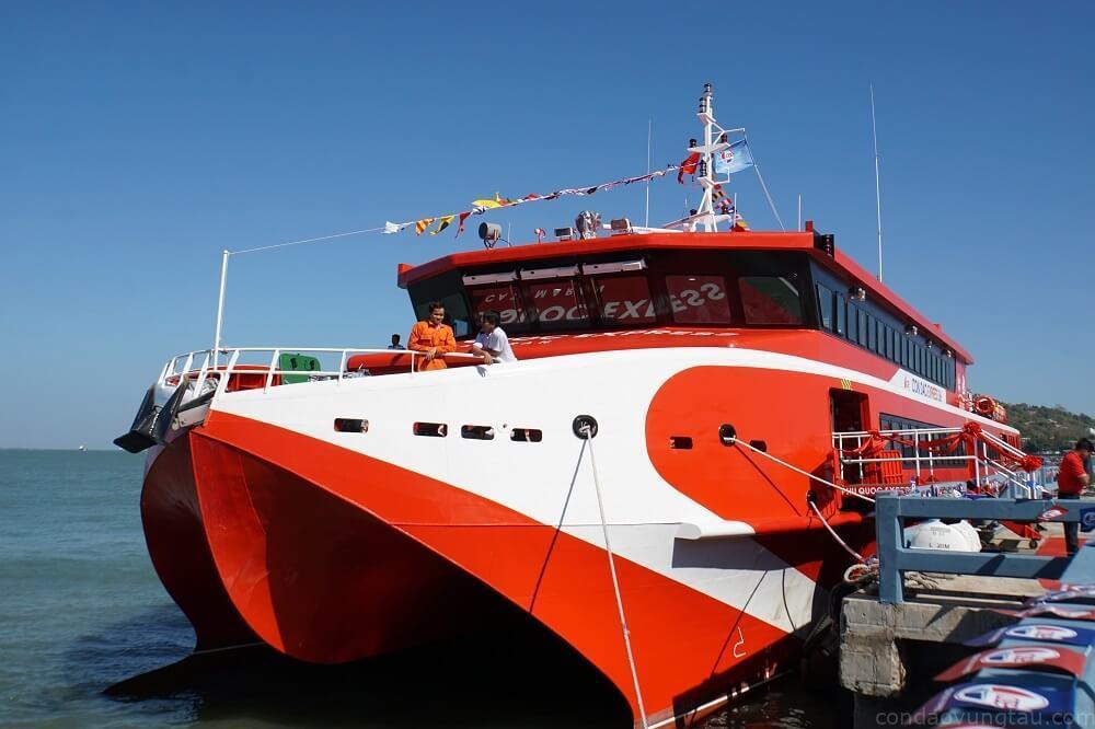 Hàng ngày tàu Côn Đảo Express 36 sẽ khởi hành từ cảng Cầu Đá (Vũng Tàu) đi Côn Đảo lúc 8h và từ Cảng Bến Đầm (Côn Đảo) về lại Vũng Tàu lúc 13h30. Giá vé hạng phổ thông 660.000 đồng mỗi lượt; vé VIP là 1,2 triệu đồng mỗi lượt.