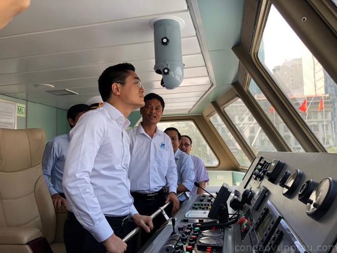 Ông Trần Quang Lâm (áo trắng đầu tiên) kiểm tra tàu du lịch TP.HCM – Côn Đảo